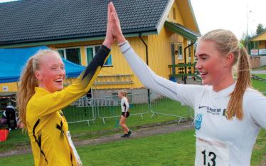 HIGH FIVE: Jevngamle Andrea Modin Engesæth (til høyre) og nord-trønderen Grethe Tyldum har hatt mange harde nappetak, og endte på pallen også denne gang.